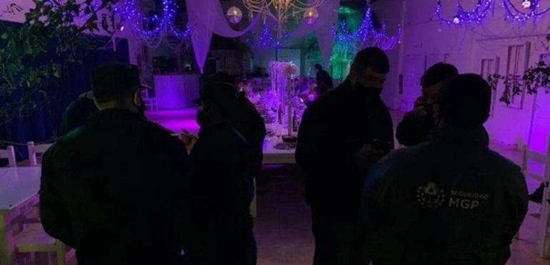 Confuso episodio en una fiesta clandestina:swingers pensaron que los policías que llegaron para cancelarla eran strippers