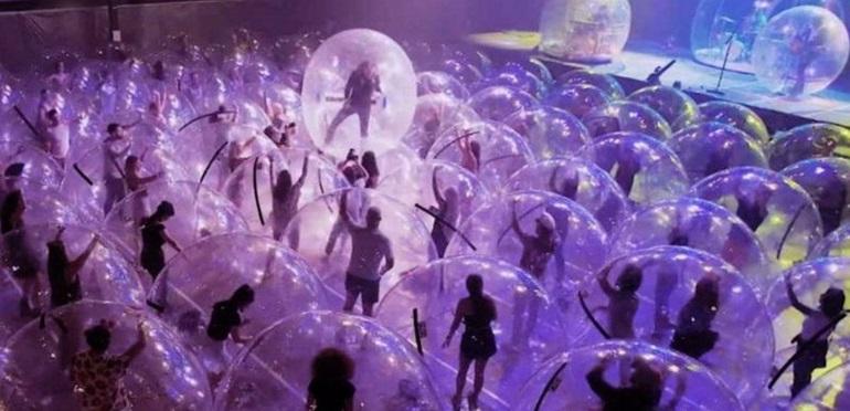 Ingeniosa iniciativa: banda de rock colocóal público en burbujas para poder volver a tocar