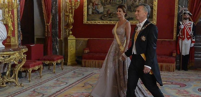30cf19c81 Juliana Awada impactó en el mundo con su look para la Gala con los Reyes de  España