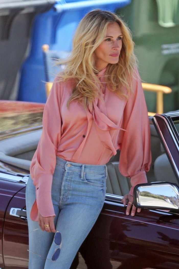 Photo © 2018 Backgrid/The Grosby Group Spain: Lagencia Grosby  21 JULY 2018   Malibu, CA  - *EXCLUSIVE*  - Actress and mother of three Julia Roberts switches up her look for a new photo shoot with a classic drop top Mercedes.  Julia donned a pretty blush pussybow blouse with classic indigo skinny jeans, nude heels and blue tinted aviators to complete her look.  Julia's electric smile proved to be the highlight of the shoot as always.