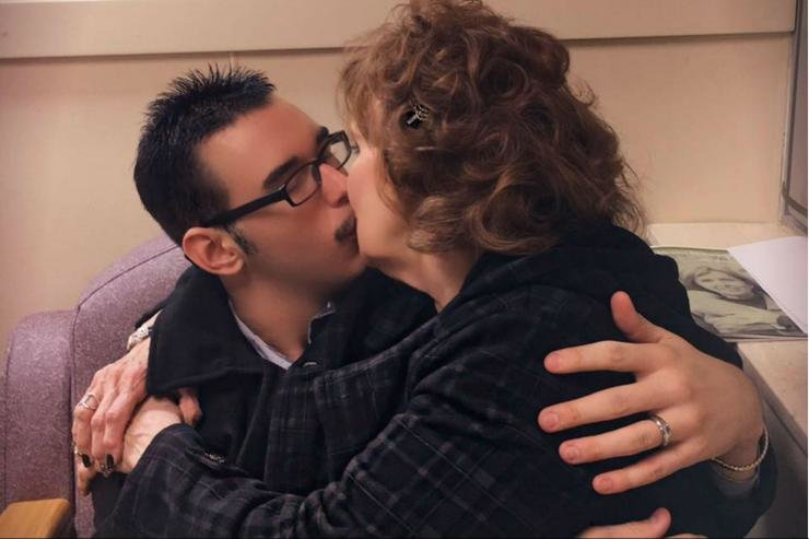 Él tiene 19, ella 72: se enamoraron y se casaron