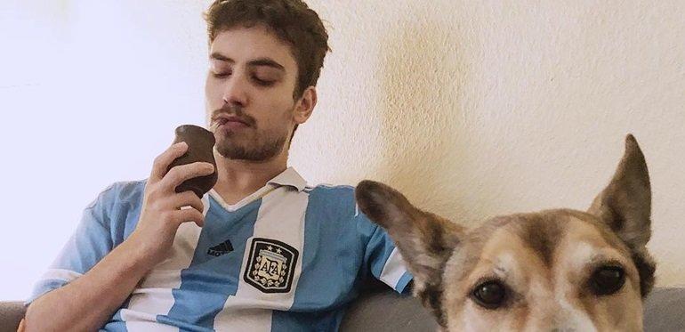 Albert Baró más argentino que nunca: fue a comer a los carritos de la Costanera