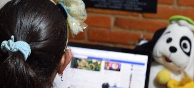 La madre de una nena de 11 años se hizo pasar por su hijita y mandó al frente a un posible abusador