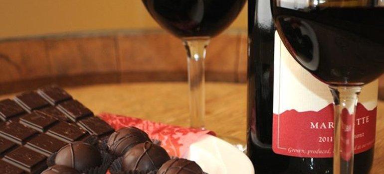 Afirman que tomar vino tinto y comer chocolate podría prevenir el envejecimiento